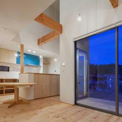 海に浮かぶ小島の家: 内田建築デザイン事務所が手掛けたダイニングです。