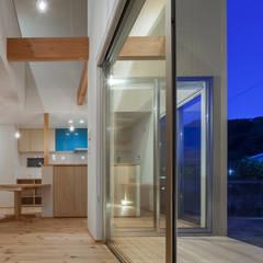 海に浮かぶ小島の家: 内田建築デザイン事務所が手掛けたテラス・ベランダです。,カントリー