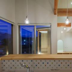 海に浮かぶ小島の家: 内田建築デザイン事務所が手掛けたキッチンです。
