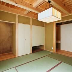 Salas multimedia de estilo  por 水野建築研究所
