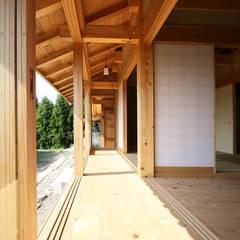 縁側: 木造伝統構法 惺々舎が手掛けたサンルームです。