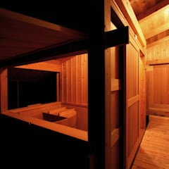 夜の浴室: 木造伝統構法 惺々舎が手掛けた浴室です。