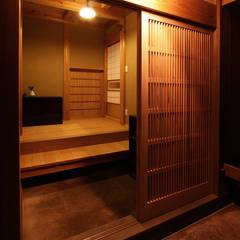 玄関外観: 木造伝統構法 惺々舎が手掛けた廊下 & 玄関です。