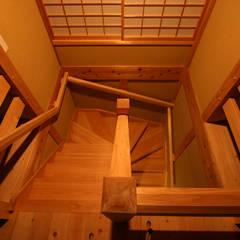 木造伝統工法の日本家屋「調布の家」 クラシカルスタイルの 玄関&廊下&階段 の 木造伝統構法 惺々舎 クラシック 木 木目調
