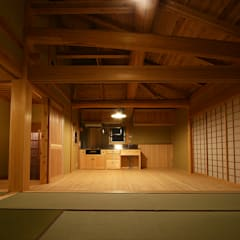 木造伝統構法の日本家屋「世田谷の家」: 木造伝統構法 惺々舎が手掛けたシステムキッチンです。,クラシック 木 木目調