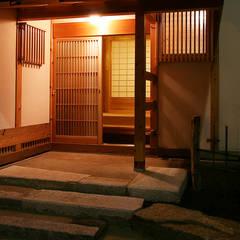 木造伝統構法の日本家屋「世田谷の家」 クラシカルスタイルの 玄関&廊下&階段 の 木造伝統構法 惺々舎 クラシック 木 木目調