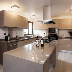 Casa Patio: Cocinas de estilo  por Bauer Arquitectos