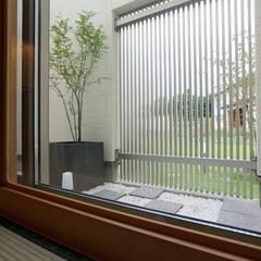 暮らしを育むインナーガレージと土間のある和モダンコートハウス の やまぐち建築設計室 モダン 石