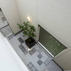 暮らしを育むインナーガレージと土間のある和モダンコートハウス の やまぐち建築設計室 モダン タイル