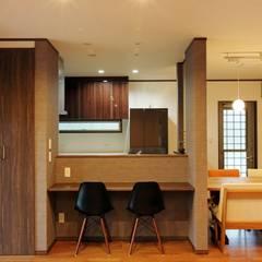 暮らしを育むインナーガレージと土間のある和モダンコートハウス: やまぐち建築設計室が手掛けたダイニングです。,