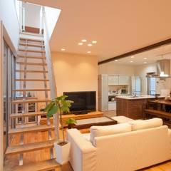シンプルモダンのコートハウス: やまぐち建築設計室が手掛けたリビングです。
