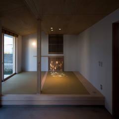 Salas multimedia de estilo ecléctico por 平山教博空間設計事務所