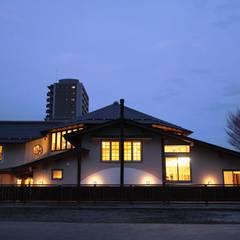 夜景: 安藤建築設計工房が手掛けた子供部屋です。