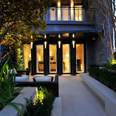 Jardines en la fachada de estilo  por 原形空間設計