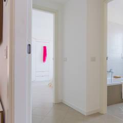 home staging appartamento campione: Pareti in stile  di Home Staging & Dintorni