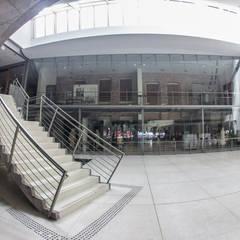 Fachada de Vidro  e guarda Corpo: Museus  por Belas Artes Estruturas Avançadas
