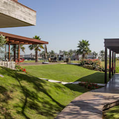 Pergolado  e revestimento em aço corten: Jardins de fachadas de casas  por Belas Artes Estruturas Avançadas