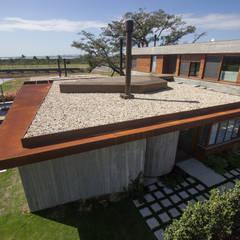 Pergolado  e revestimento em aço corten: Jardins de pedras  por Belas Artes Estruturas Avançadas