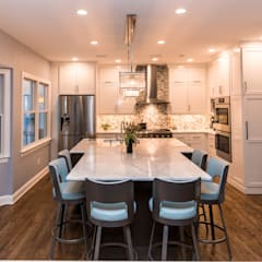 White Delight:  Kitchen by PERFORMANCE KITCHENS & HOME