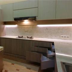 Ngurah Rai Residence:  Unit dapur by BB Studio Designs