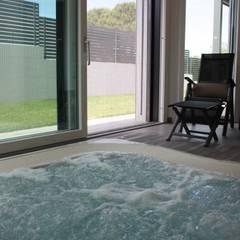INTERIOR DESIGN VILLA SAN LAZZARO DI SAVENA BOLOGNA: Vasche idromassaggio in stile  di Studio Interior Design Berti Daniela S.r.l.