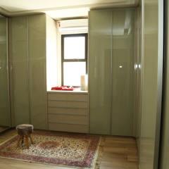 Phòng thay đồ by Cia de Arquitetura
