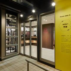 地域の交流の場「薬局」長居する薬局 オリジナルな病院 の 株式会社Juju INTERIOR DESIGNS オリジナル ガラス