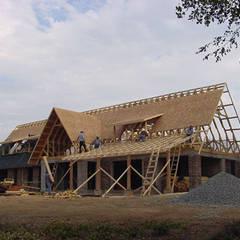 CASA CORREA-LINARES: Casas de campo de estilo  por AOG SPA