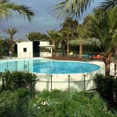Clôture piscine: Piscines  de style  par Inoxkit