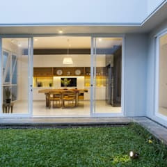 kbp house Balkon, Beranda & Teras Modern Oleh e.Re studio architects Modern