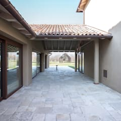 Hillside House: Casa di campagna in stile  di zanon architetti associati