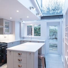 Country Cottage, Kew:  Built-in kitchens by Gr8 Interiors Ltd
