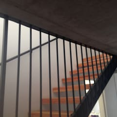 CASA BARTOLOME SHARP: Pasillos y hall de entrada de estilo  por [ER+] Arquitectura y Construcción