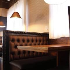 Restaurante Bier Haus Dewes: Paredes  por Bee arquitetura e design