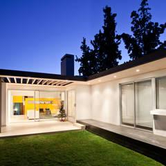 CASA CARREÑO: Terrazas  de estilo  por [ER+] Arquitectura y Construcción