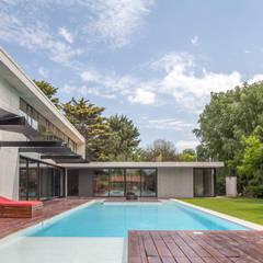 Casa HK: Piletas de jardín de estilo  por Ciudad y Arquitectura