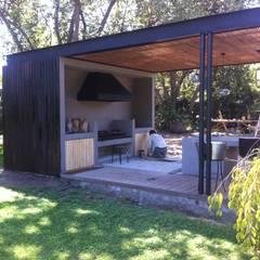 Balcones y terrazas minimalistas de [ER+] Arquitectura y Construcción Minimalista
