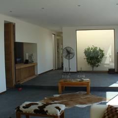 CASA FUENZALIDA: Livings de estilo  por [ER+] Arquitectura y Construcción