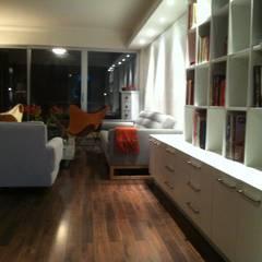 DEPTO LA REINA: Livings de estilo  por [ER+] Arquitectura y Construcción