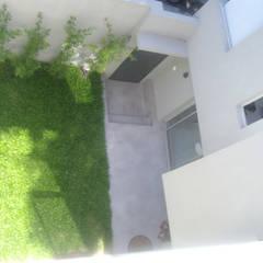 Patio de acceso.: Jardines en la fachada de estilo  por NG Estudio