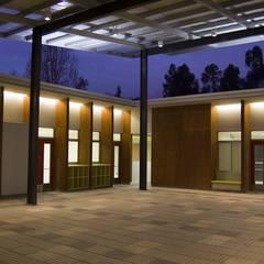 """ESCUELA ESPECIAL INTEGRAL """"ANGELITOS VERDES 1"""": Escuelas de estilo  por [ER+] Arquitectura y Construcción"""