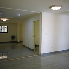 客製化的移動宅:  走廊 & 玄關 by 築地岩移動宅