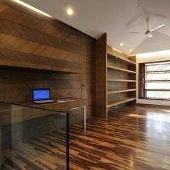 Dahanu Farmhouse:  Study/office by SM Studio