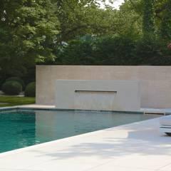 Kolam renang halaman oleh Jürgen Kirchner Wasser + Garten, Modern