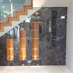 บ้านพักกาญจนบุรี :  ระเบียงและโถงทางเดิน by pyh's interior design studio