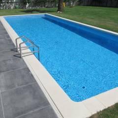 東京都 個人邸  (10.0m×3.5m レクタングル形状): プールカンパニー 株式会社プロスパーデザイン プール事業部が手掛けたビーチハウス・クルーザーです。,モダン