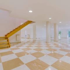 Luxuosa Propriedade na Penha Longa / Sintra - Luxury Property in Penha Longa / Sintra: Garagens e arrecadações  por Ivo Santos Multimédia