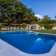 Luxuosa Propriedade na Penha Longa / Sintra - Luxury Property in Penha Longa / Sintra: Piscinas  por Ivo Santos Multimédia