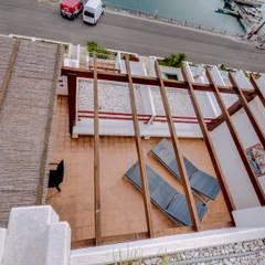 Luxuoso Apartamento na Marina Vilamoura - Luxury Apartment in Vilamoura Marina: Telhados  por Ivo Santos Multimédia