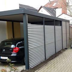 Garajes abiertos de estilo  por Carport-Schmiede GmbH & Co. KG - Hersteller für Metallcarports und Stahlcarports,